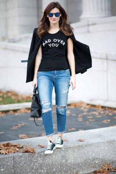svart cool grafisk t-shirt med blazer och pojkvän jeans
