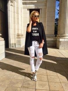 svart grafisk t-shirt med överdimensionerad kavaj och rippade jeans med smal passform