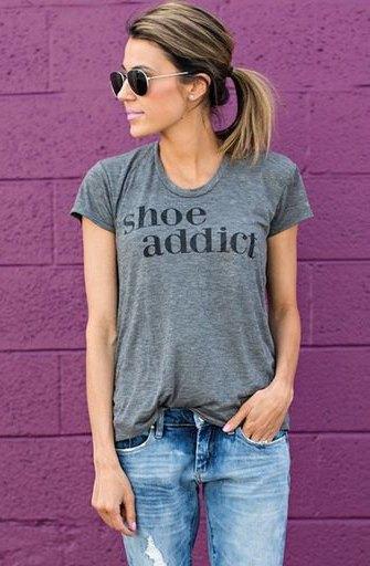 grå t-shirt med passande tryck och pojkvänjeans