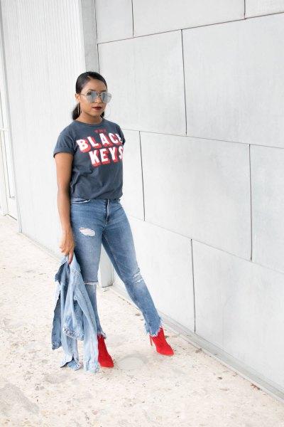 grå t-shirt med ljusblå jeansjacka och rippade jeans