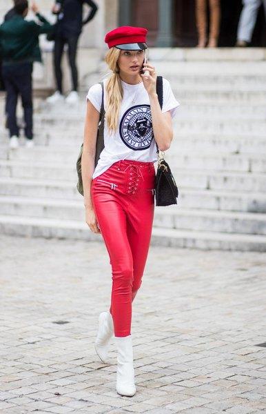 vit cool grafisk t-shirt med en röd målarhatt och matchande läderjackor