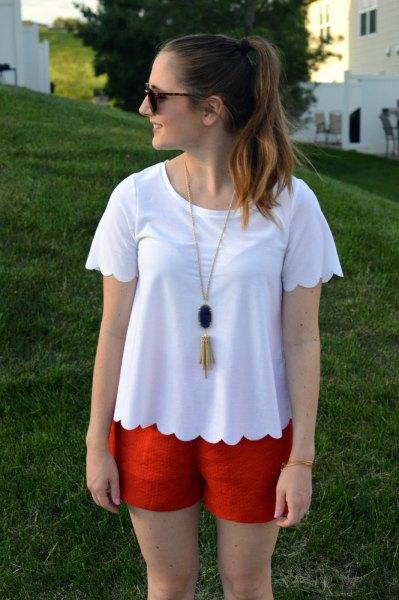 vit t-shirt med kammad fåll och orange mini-shorts