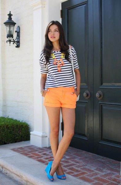 svartvitt randig t-shirt med orange shorts med muddar