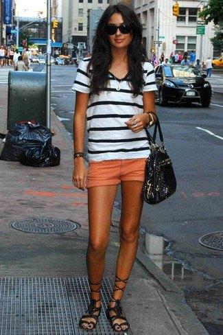 svartvit randig t-shirt med mini-shorts i orange