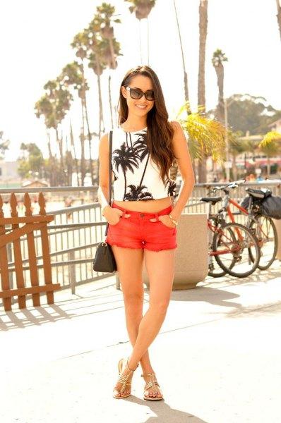 vit och svart tryckt crop top med orange mini-shorts
