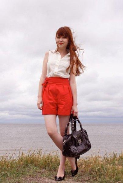 vit ärmlös chiffongblus med orange, uppdragna, veckade shorts