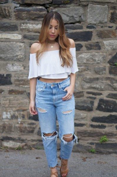 vit axelbandslös beskuren blus med rippade knä mamma jeans