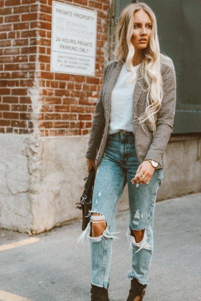 grå tweed-kavaj med ljusblå jeans