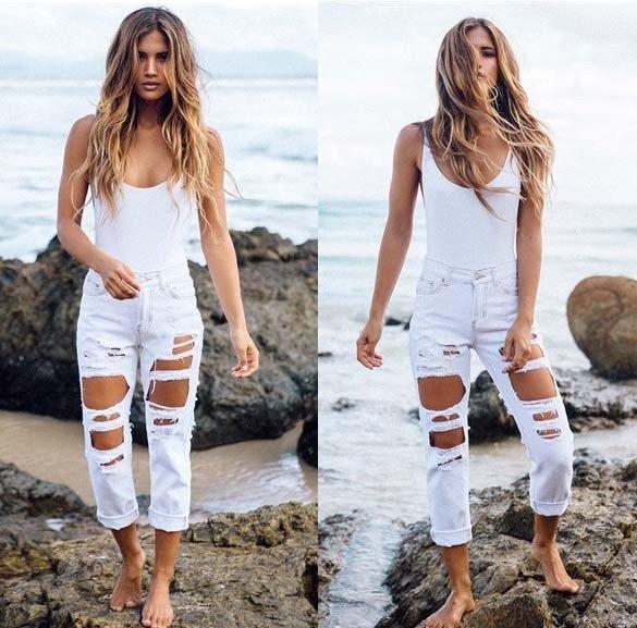 Figurkramande linne med förstörda mammas jeans bundna i vitt