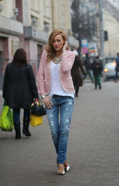ljusgrå jacka med vit topp med scoop-halsringning och rippade jeans