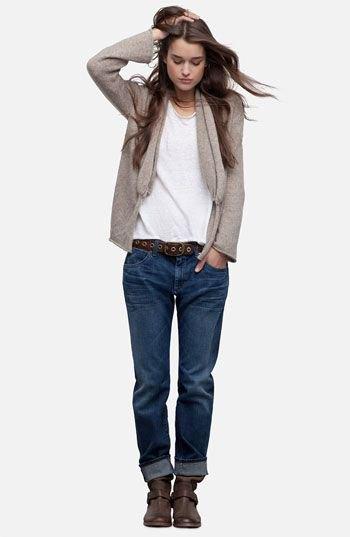 grå kofta med vit t-shirt och mörkblå jeans med lös passform