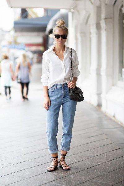 vit skjorta med knappar och ljusblå jeans med muddar och avslappnad passform