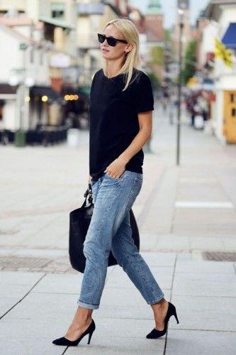 svart t-shirt med blå snitt, löst sittande jeans