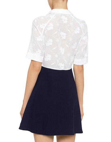 vit spetsskjorta med halva ärmar, mörkblå skatekjol