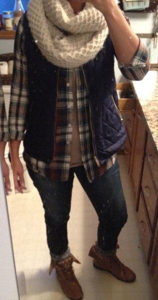 grå rutig skjorta med knappfäste grå vik över ankelstövlar