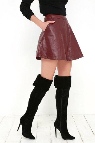 svarta lår viks upp över stövlar brunt läder mini kjol