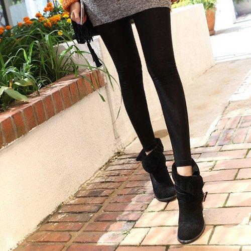 svart mocka vika över ankelstövlar grå klänning svarta leggings