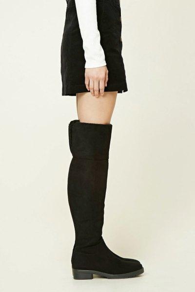 svart mocka ovanför knäet vik över stövlar med en skiftklänning
