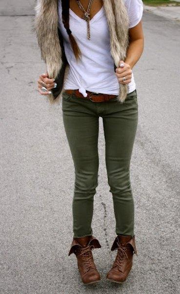 vit t-shirt grön skinny jeans