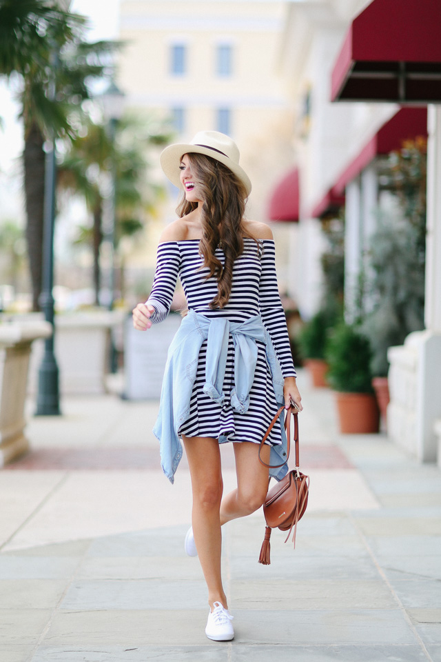 horisontellt randig klänning med chambray-skjorta
