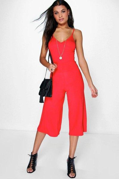 röd jumpsuit med djup V-ringning och öppna tå stövlar