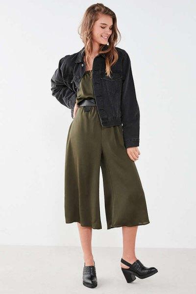 grön jumpsuit svart denimjacka
