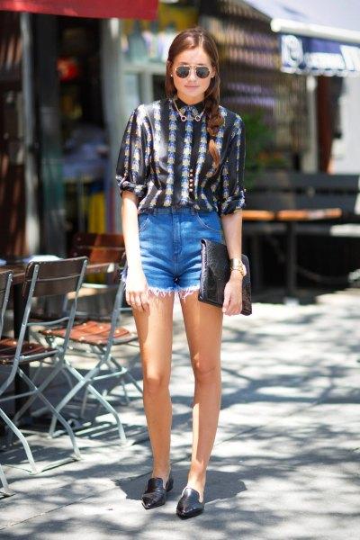 svartvitt tryckt skjorta med knappar och ljusblå jeansshorts