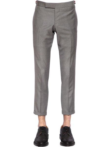 vit blus med grå, beskurna byxor och svarta oxfordskor