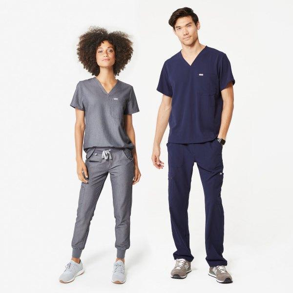 T-shirt med grå V-ringning och grå byxa med avsmalnande ben