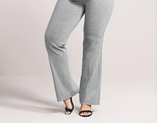 grå kostymbyxor med svarta fotledsremmar och klackar med öppen tå