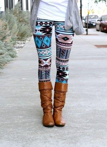 Tribal mönstrade leggings med bruna knähöga stövlar och en grå kofta
