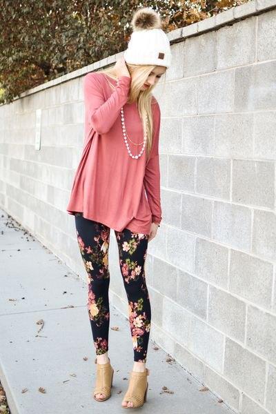 Blushrosa t-shirt med blommönstrade leggings och stövlar med öppen tå