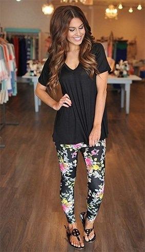 svart V-ringad t-shirt med blommiga leggings och sandaler