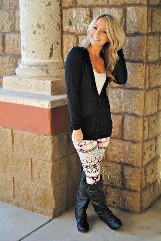 svart kofta med leggings och knähöga läderstövlar