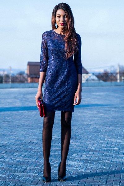 Halvärmad miniklänning med svarta strumpor och mörkblå klackar