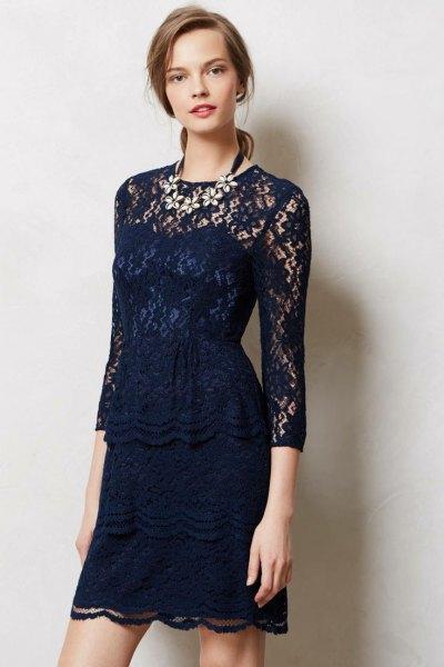 mörkblå klänning i tre fjärdedelar med slida