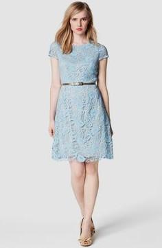ljusblå knälång spetsklänning med bälte
