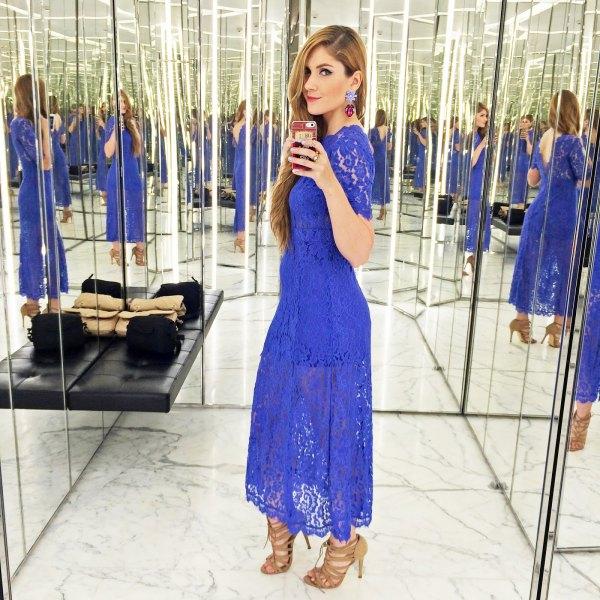 blå kortärmad maxiklänning med utskurna stövlar
