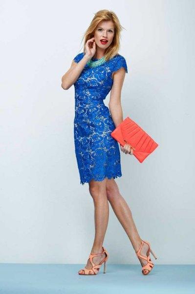 Kungblå knälång spetsklänning med kepsärmar