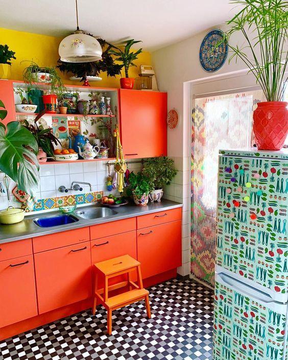 ett ljusorange kök med senapsväggar, en kakelplatta och.