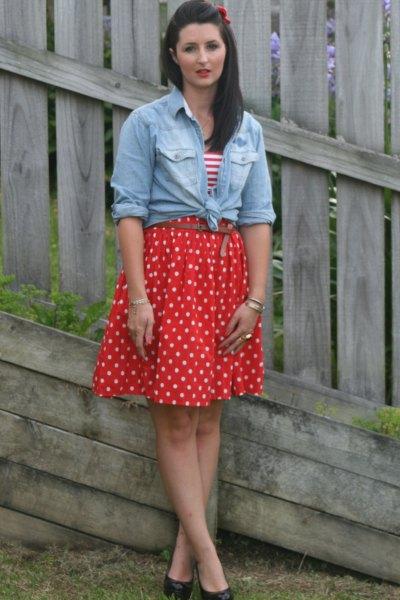 röd veckad prickig kjol knuten chambray skjorta
