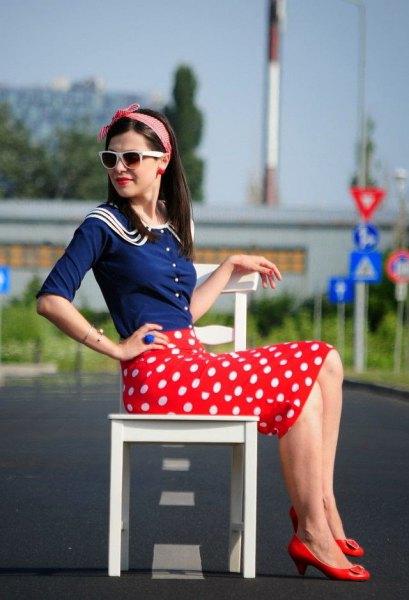 mörkblå halvärmad skjorta röd penna kjol