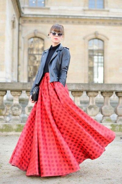 röd luftig maxikjol svart läderjacka