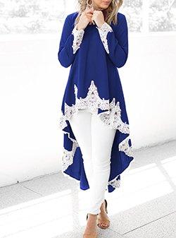 Högblå tunikaklänning i kungsblå och vit spets med smala jeans