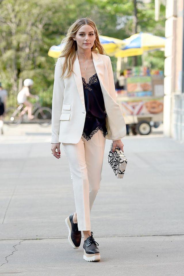 vit kostym med djup V-ringning
