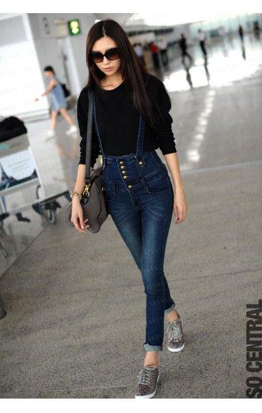 svart stickad tröja med mörkblå tights med knappfäste