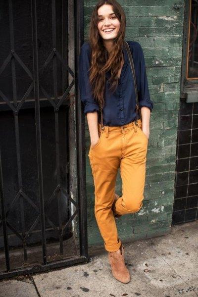 svart skjorta med knappar och senapsgula jeans