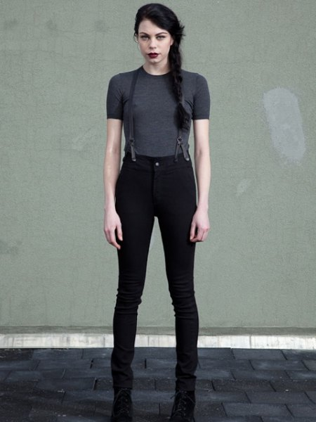 svarta skinny jeans med grå t-shirt