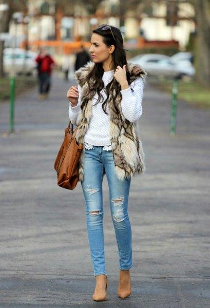 vit stickad tröja med brunsvart tryckt fuskpälsväst