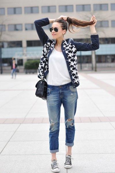 svartvitt tryckt läderjacka med riktigt rippade jeans